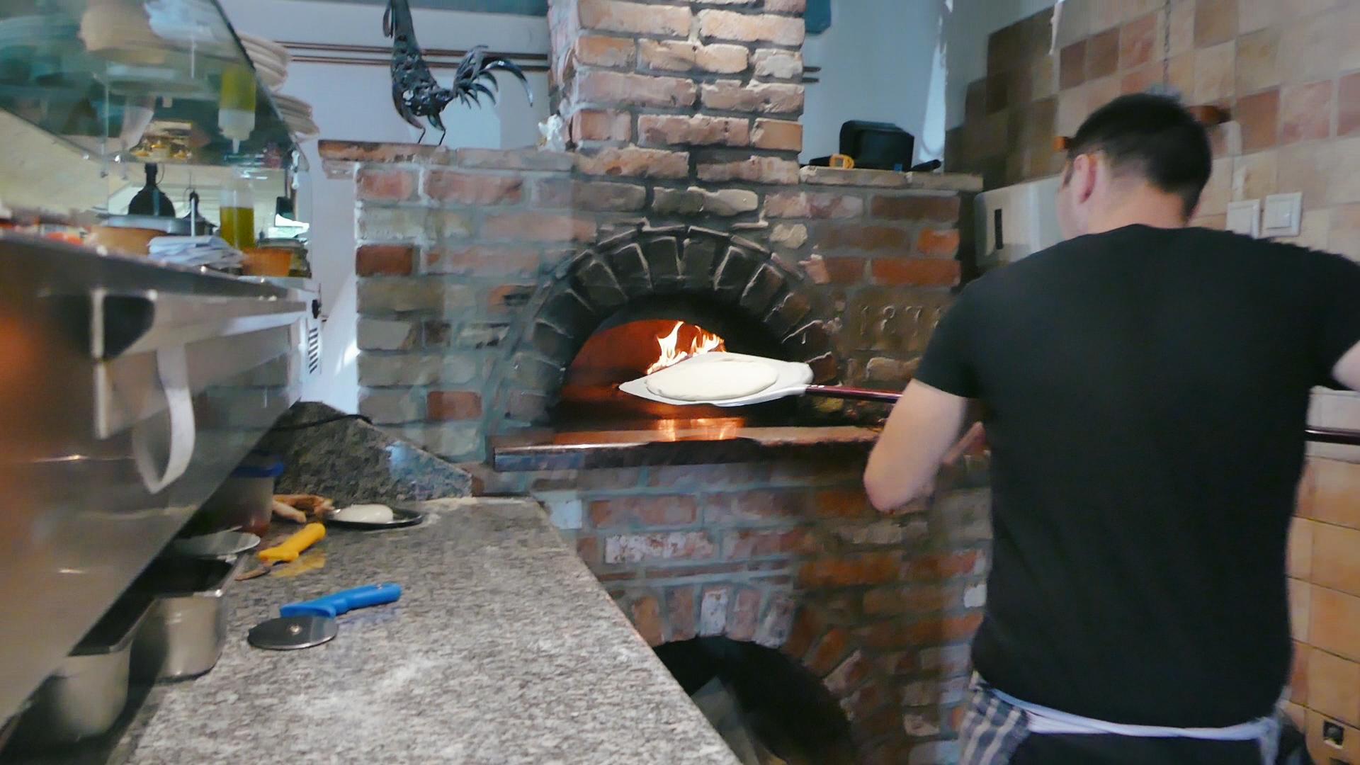 Focaccia készül az Anyukám Mondta étteremben