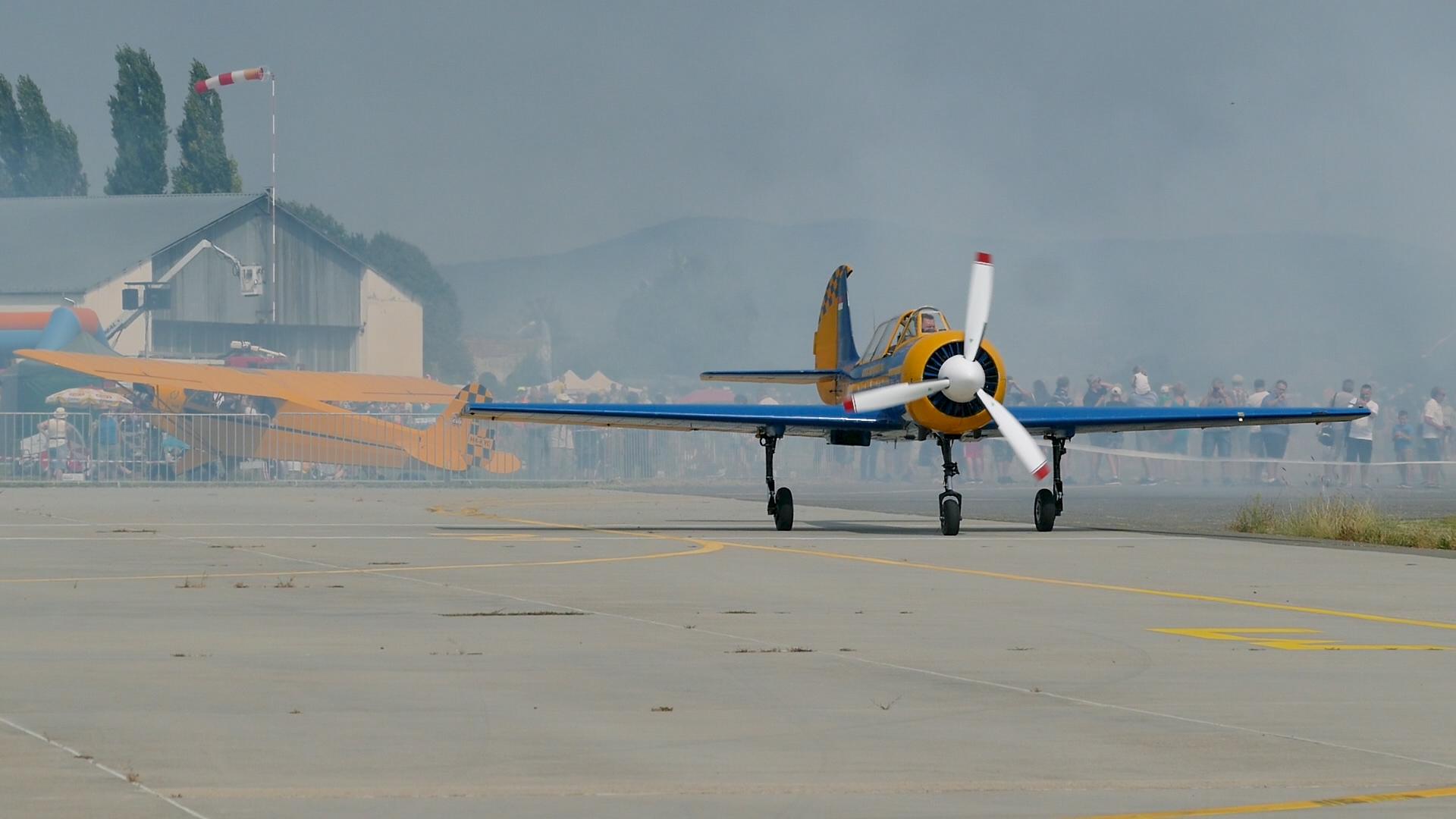 Vári Gyula Jak-52-es gépével a Pécs-Pogányi repülőnapon